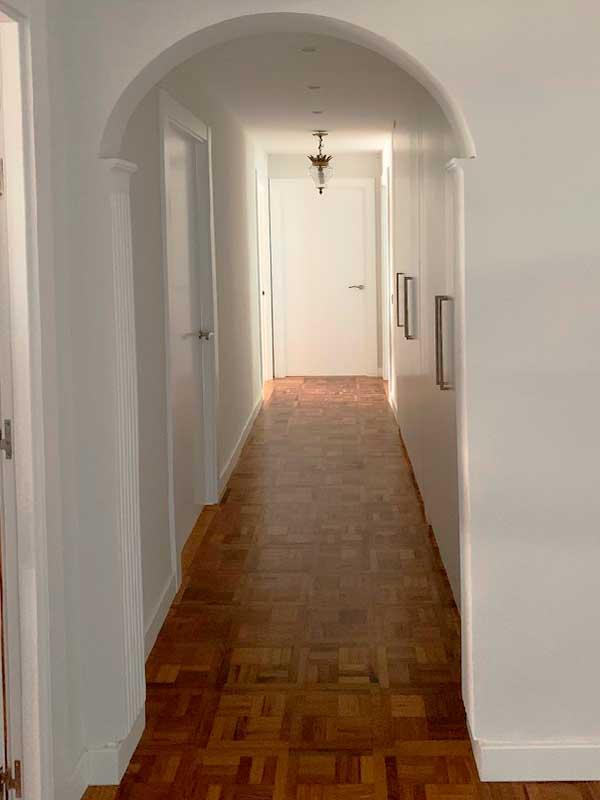 4-reforma-vivienda-pamplona-ensanche-navarra-cambio-parquet-pasillo-molduras