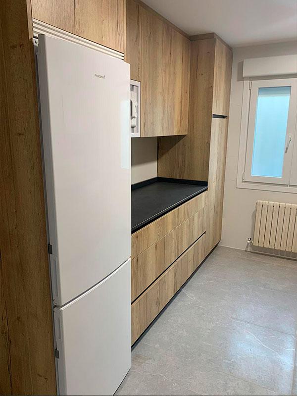 cambio-mobiliario-cocina-madera-encimera-negra-pamplona-navarra