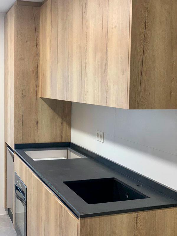 reforma-cocina-pamplona-madera-y-encimera-negra