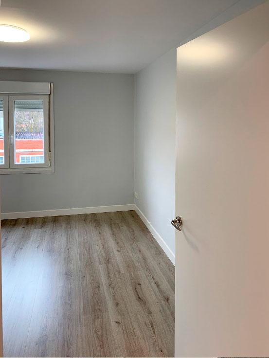 habitación-puerta-lacada-blanca-reforma-integral-vivienda-en-villava-navarra